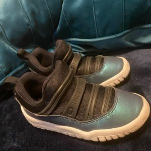 Children's athletic shoes